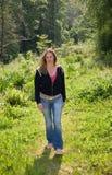 όμορφο περπάτημα brunette στοκ φωτογραφίες με δικαίωμα ελεύθερης χρήσης