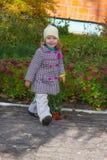 Όμορφο περπατώντας κορίτσι Στοκ Εικόνα