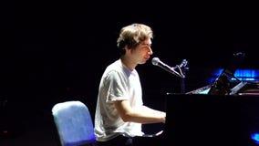 Όμορφο πιάνο παιχνιδιού ατόμων και τραγούδι φιλμ μικρού μήκους