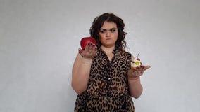 Όμορφο πλήρες κορίτσι με ένα κέικ, μήλο, σε αργή κίνηση πυροβολισμός επιλογής απόθεμα βίντεο