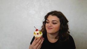 Όμορφο πλήρες κορίτσι με ένα κέικ απόθεμα βίντεο
