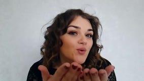 Όμορφο πλήρες φιλί αέρα πορτρέτου τρίχας κοριτσιών σγουρό απόθεμα βίντεο