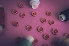 Όμορφο πλαίσιο με πολλά στρογγυλά κόκκινα κουμπιά για το ράψιμο, τη ραπτική και τα νηματοδέματα των στροφίων του νήματος διάστημα στοκ εικόνες με δικαίωμα ελεύθερης χρήσης