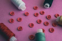 Όμορφο πλαίσιο με πολλά στρογγυλά κόκκινα κουμπιά για το ράψιμο, τη ραπτική και τα νηματοδέματα των στροφίων του νήματος διάστημα στοκ φωτογραφία με δικαίωμα ελεύθερης χρήσης