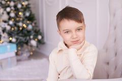 Όμορφο πορτρέτο αγόρι λίγα Εσωτερικό Χριστουγέννων οριζόντια Στοκ Εικόνες