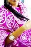 Όμορφο πορτρέτο ανατολικών γυναικών μόδας Ασιατικό κορίτσι σε μια αφρικανική βιολέτα headscarf που προσεύχεται Στοκ Εικόνα