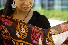 Όμορφο πορτρέτο ανατολικών γυναικών μόδας Ασιατικό κορίτσι σε μια αφρικανική βιολέτα headscarf που προσεύχεται κόκκινο καρφιών Στοκ Φωτογραφία