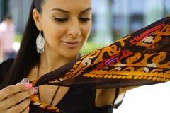 Όμορφο πορτρέτο ανατολικών γυναικών μόδας Ασιατικό κορίτσι σε μια αφρικανική βιολέτα headscarf που προσεύχεται κόκκινο καρφιών Στοκ Εικόνες