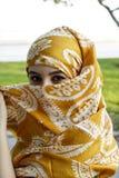 Όμορφο πορτρέτο ανατολικών γυναικών μόδας Ασιατικό κορίτσι σε μια αφρικανική βιολέτα headscarf που προσεύχεται arabian beauty Στοκ Φωτογραφία