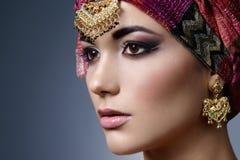 Όμορφο πορτρέτο ανατολικών γυναικών μόδας με τα ασιατικά εξαρτήματα Στοκ εικόνα με δικαίωμα ελεύθερης χρήσης