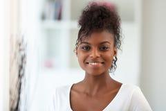 Όμορφο πορτρέτο γυναικών αφροαμερικάνων - μαύροι Στοκ εικόνες με δικαίωμα ελεύθερης χρήσης
