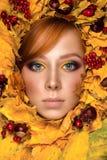 Όμορφο πορτρέτο γυναικών με τα φύλλα φθινοπώρου Στοκ Εικόνες