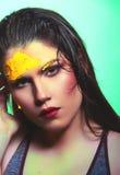 Όμορφο πορτρέτο γυναικών με τη σύγχρονη ζωηρόχρωμη σύνθεση Στοκ φωτογραφίες με δικαίωμα ελεύθερης χρήσης