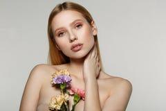 Όμορφο πορτρέτο γυναικών με τη φωτεινή τέχνη makeup και την ξανθή τρίχα στοκ εικόνα