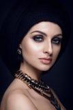 Όμορφο πορτρέτο γυναικών με το μαντίλι στο κεφάλι και το κόσμημα στοκ εικόνα