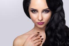 Όμορφο πορτρέτο γυναικών στο γκρίζο υπόβαθρο Η γοητεία αποτελεί και στοκ εικόνες με δικαίωμα ελεύθερης χρήσης