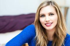 όμορφο πορτρέτο γυναικών χαμόγελου νέο ελκυστικό Στοκ Φωτογραφία