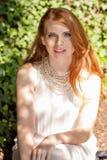 Όμορφο πορτρέτο γυναικών χαμόγελου νέο redhead υπαίθριο στοκ εικόνα
