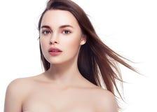 Όμορφο πορτρέτο γυναικών Brunette με το υγιές τρίχωμα Σαφής φρέσκος στοκ φωτογραφία με δικαίωμα ελεύθερης χρήσης