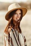 Όμορφο πορτρέτο γυναικών hipster που χαμογελά, με το ρομαντικό βλέμμα και Στοκ Φωτογραφίες
