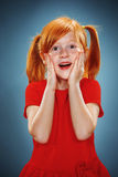 Όμορφο πορτρέτο ενός έκπληκτου μικρού κοριτσιού Στοκ Φωτογραφία