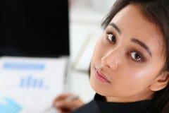 Όμορφο πορτρέτο επιχειρηματιών χαμόγελου κινεζικό Στοκ Φωτογραφίες