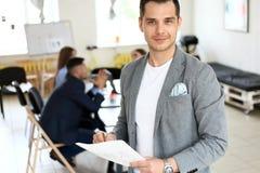 Όμορφο πορτρέτο επιχειρηματιών χαμόγελου βέβαιο Στοκ φωτογραφία με δικαίωμα ελεύθερης χρήσης