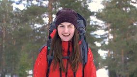 Όμορφο πορτρέτο ι χειμώνας δασικό HD τουριστών χαμόγελου NA φιλμ μικρού μήκους
