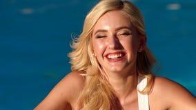Όμορφο πορτρέτο κινηματογραφήσεων σε πρώτο πλάνο γυναικών στην πισίνα φιλμ μικρού μήκους
