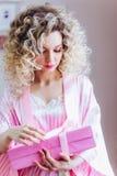 Όμορφο πορτρέτο με το επαγγελματικό makeup για ένα κόμμα bachelorette Κορίτσι ξανθό με τη σγουρή τρίχα στοκ φωτογραφίες