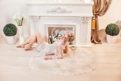 Όμορφο πορτρέτο μιας γυναίκας με την ξανθή τρίχα με μια σύνθεση βραδιού Στοκ Φωτογραφίες