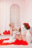 Όμορφο πορτρέτο μιας γυναίκας με την ξανθή τρίχα με μια σύνθεση βραδιού Στοκ Εικόνες