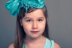 Όμορφο πορτρέτο νέων κοριτσιών στο εσωτερικό Στοκ εικόνα με δικαίωμα ελεύθερης χρήσης