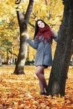 Όμορφο πορτρέτο νέων κοριτσιών στο κίτρινο πάρκο πόλεων, εποχή πτώσης Στοκ φωτογραφία με δικαίωμα ελεύθερης χρήσης