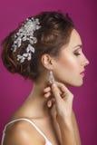 όμορφο πορτρέτο νυφών γάμος κατάταξης τεμαχίων φορεμάτων Νέα ευγενής ήρεμη νύφη στο κλασικό άσπρο πέπλο που κοιτάζει μακριά Η ημέ Στοκ Φωτογραφίες
