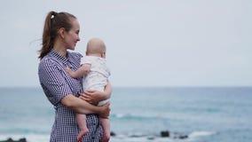 Όμορφο πορτρέτο της κόρης φιλιών μητέρων στο υπόβαθρο θάλασσας και παραλιών Ευτυχής οικογένεια στις διακοπές Ταξίδι Αγκαλιάσματα  απόθεμα βίντεο