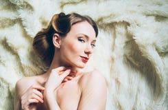 Όμορφο πορτρέτο του πονηρού νέου κοριτσιού στο αναδρομικό ύφος Στοκ Εικόνα