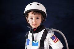 Όμορφο πορτρέτο του προσχολικού αγοριού, που ντύνεται ως αστροναύτης στοκ φωτογραφίες