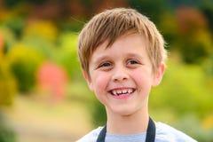 Όμορφο πορτρέτο του χαμογελώντας αγοριού Στοκ Φωτογραφίες