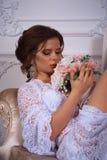 Όμορφο πορτρέτο brunette σε ένα φόρεμα bodoir Στοκ εικόνες με δικαίωμα ελεύθερης χρήσης