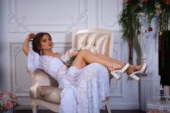 Όμορφο πορτρέτο brunette σε ένα φόρεμα bodoir Στοκ εικόνα με δικαίωμα ελεύθερης χρήσης