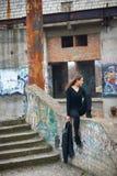 Όμορφο πορτρέτο brunette στις εγκαταλειμμένες καταστροφές Στοκ Εικόνες