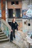 Όμορφο πορτρέτο brunette στις εγκαταλειμμένες καταστροφές Στοκ Φωτογραφία