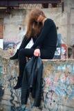 Όμορφο πορτρέτο brunette στις εγκαταλειμμένες καταστροφές Στοκ Φωτογραφίες