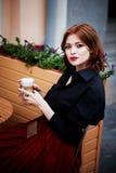 όμορφο πορτρέτο redhead Φλογερή τρίχα και πλήρη χείλια Περπάτημα γύρω από την πόλη Στοκ Φωτογραφία