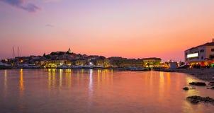 Όμορφο πορφυρό ηλιοβασίλεμα πέρα από την αδριατική θάλασσα σε Primosten Στοκ φωτογραφίες με δικαίωμα ελεύθερης χρήσης
