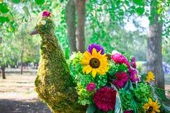 Όμορφο πουλί peacock φιαγμένο από διαφορετικά φωτεινά λουλούδια και gre στοκ φωτογραφία με δικαίωμα ελεύθερης χρήσης