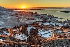 Όμορφο πολικό ηλιοβασίλεμα, άποψη από το λόφο στο φιορδ του Νουούκ και νέος Στοκ Εικόνα