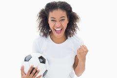 Όμορφο ποδόσφαιρο εκμετάλλευσης κοριτσιών και ενθαρρυντικός στη κάμερα Στοκ Εικόνες