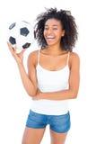 Όμορφο ποδόσφαιρο εκμετάλλευσης κοριτσιών και χαμόγελο στη κάμερα Στοκ Φωτογραφία